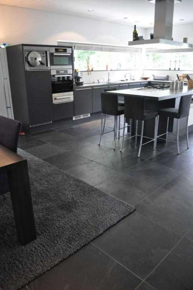 35. Cozinha com piso de ardósia preta e móveis cinza – Foto Van Den Heuvel e Van Duuren