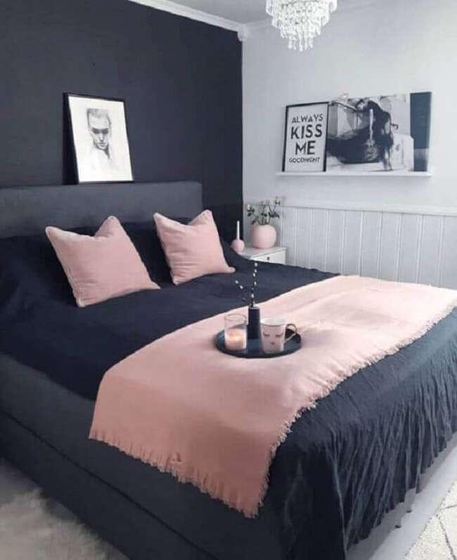 12. Decoração de quarto preto e branco feminino com detalhes em cor de rosa – Foto: Pinterest