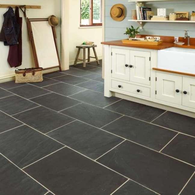 36. Cozinha com piso de ardósia preta – Foto Marshalls