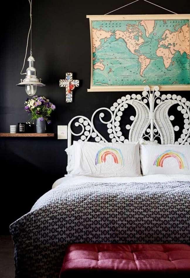 19. Decoração de quarto preto e branco com mapa na parede – Foto: AN Apartment