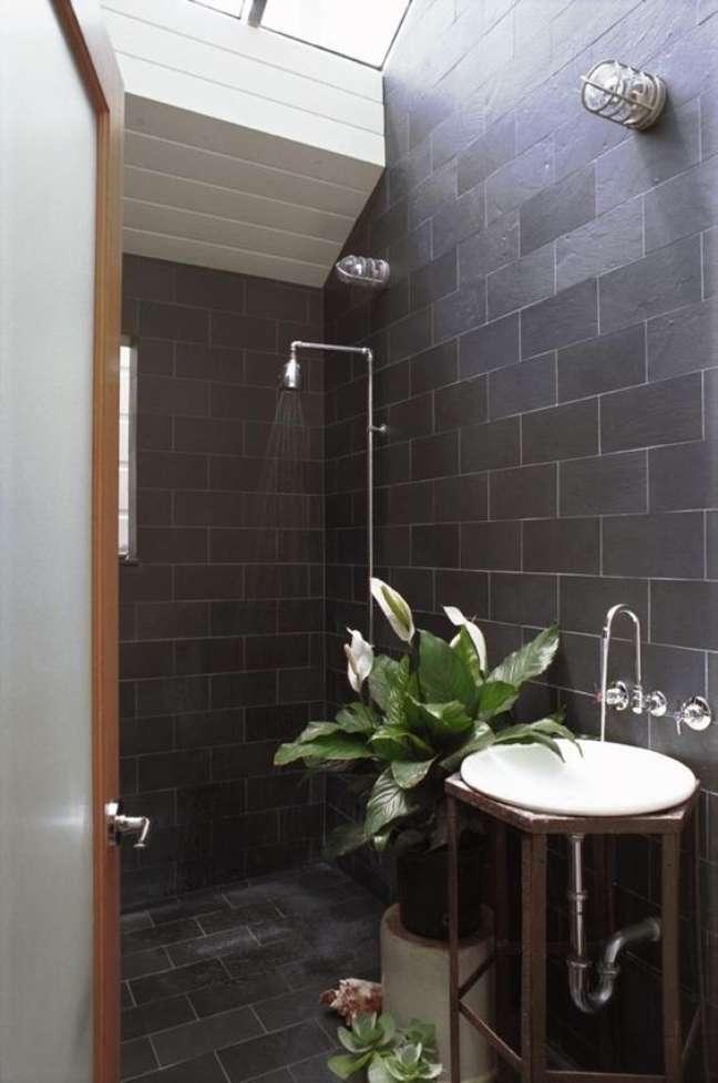 20. Banheiro com ardósia preta – Foto Remodelista