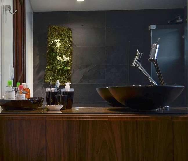 19. Banheiro com ardósia preta e cuba da mesma cor – Foto Camila Bruzamolin