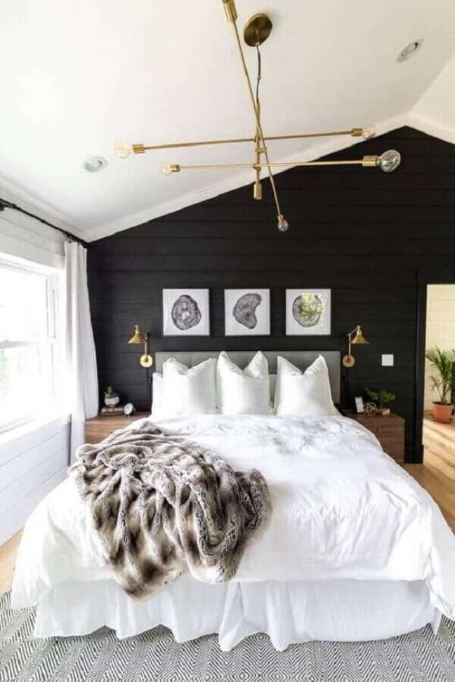 48. Quadros para quarto preto e branco decorado com lustre e luminária cobre – Foto: Archello
