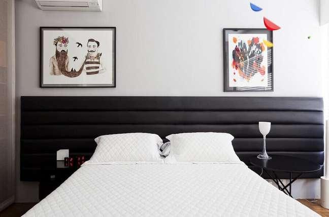 13. Cabeceira estofada para decoração de quarto preto e branco – Foto: Filipe Ramos