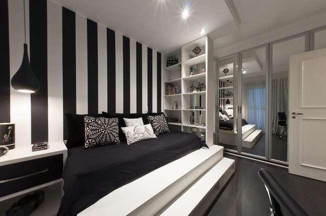 30. Decoração moderna de quarto preto e branco grande com papel de parede listrado – Foto: Homeyou