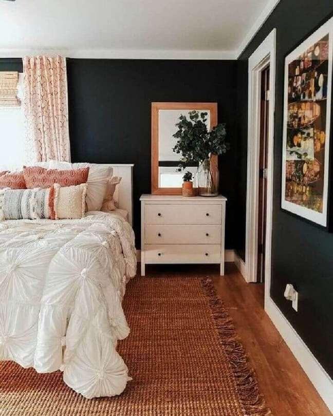 59. Tapete rústico para decoração de quarto preto e branco de casal – Foto: Pinterest