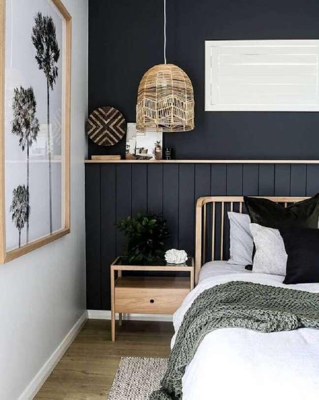 38. Luminária rústica para decoração de quarto preto e branco com cabeceira de madeira – Foto: Home Fashion Trend