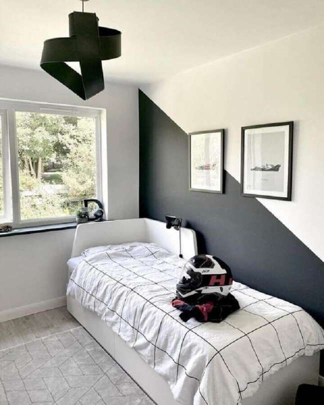 57. Quarto preto e branco simples decorado com meia parede pintada – Foto: Pinterest