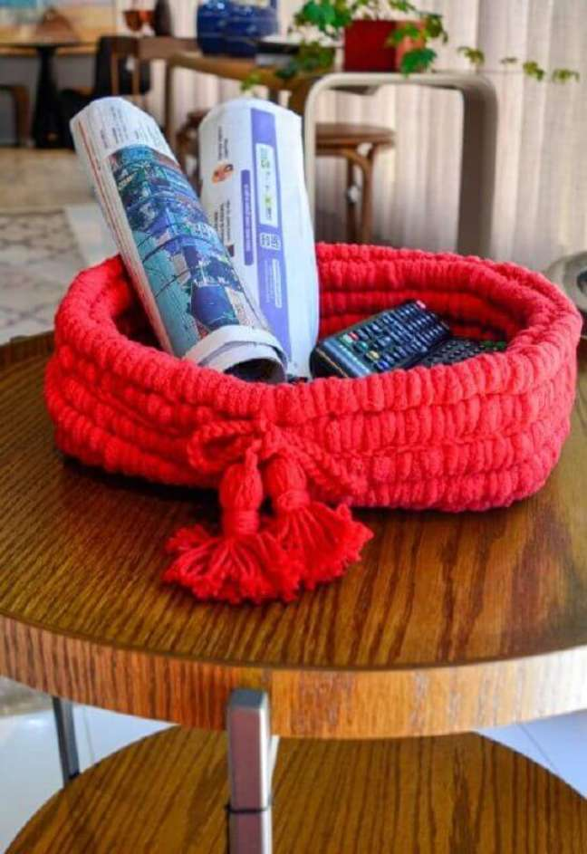 2. Decoração com cesto organizador de crochê para home office – Foto: Círculo