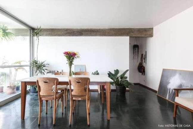 49. Sala de jantar com piso de ardósia preta e mesa de madeira – Foto Pinterest