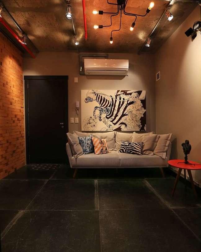 45. Piso de ardósia preta para sala de estar moderna com sofá off white – Foto Patricia Barros Arquitetura