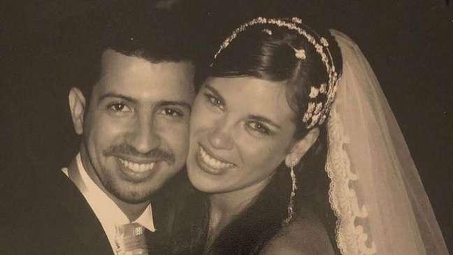 Dennis DJ e Bárbara compartilharam a foto do casamento para anunciar o fim do relacionamento.