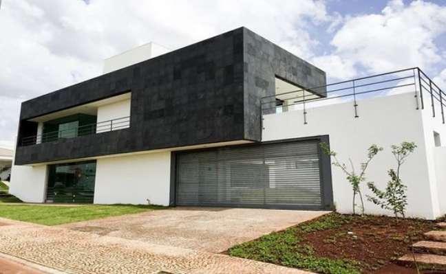 11. Fachada de casa com ardósia preta e parede branca – Foto Pinterest