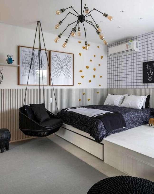 16. Decoração de quarto preto e branco com balanço suspenso e lustre moderno – Foto: Casa de Valentina