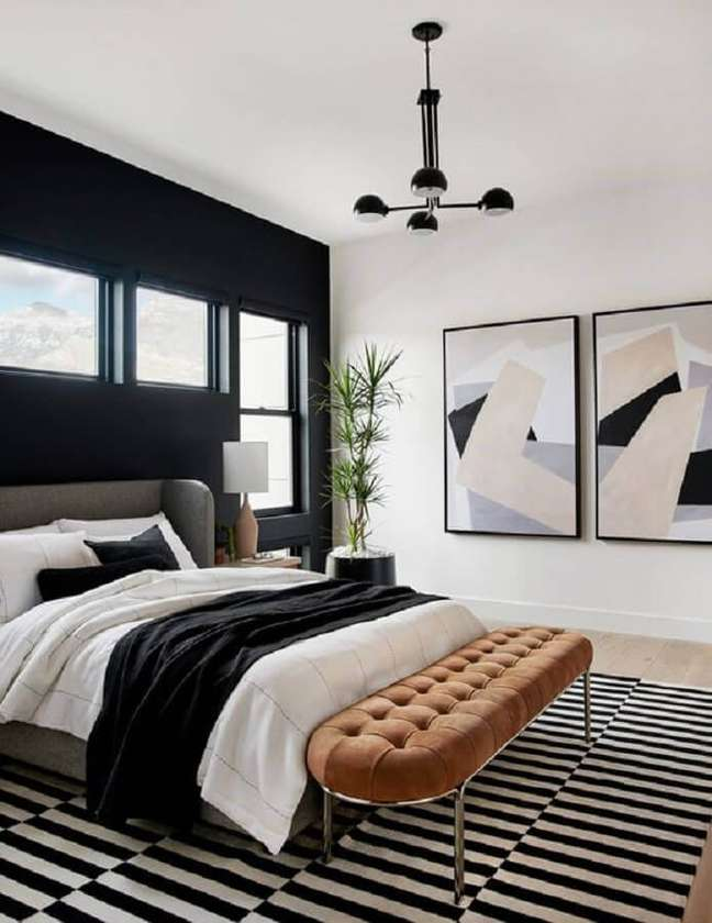 49. Quadros para quarto preto e branco decorado com tapete listrado – Foto: Behance