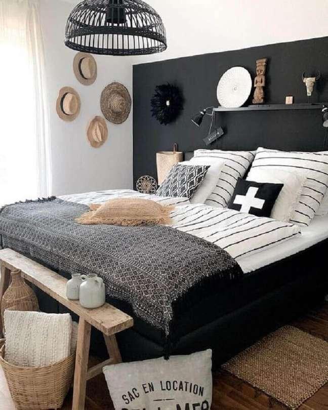 17. Decoração de quarto preto e branco com banco rústico e chapéus na parede – Foto: Pinterest