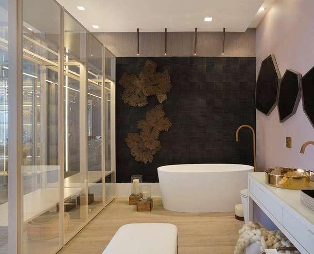 23. Banheiro com parede de ardósia preta e banheira branca – Foto Claudia Pimenta E Patricia Franco