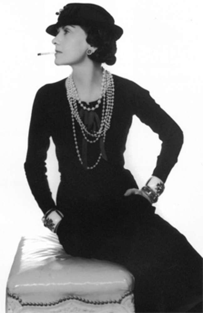 Chanel de vestido preto e pérolas (Reprodução)