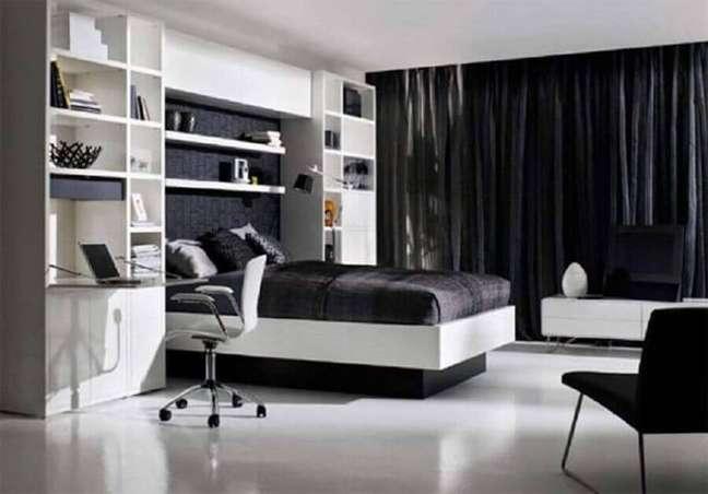 34. Home office para decoração de quarto de casal preto e branco grande – Foto: Pinterest