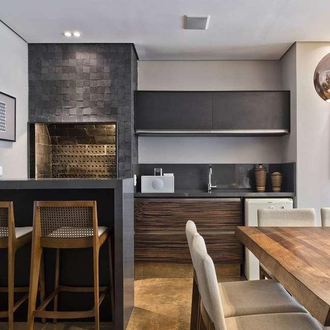 32. Churrasqueira revestida de ardósia preta e armário cinza – Foto Eliana Franklin Arquitetura