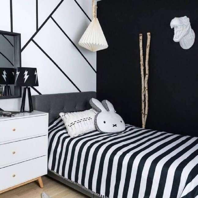46. Parede com stencil para decoração de quarto preto e branco solteiro – Foto: Pinterest