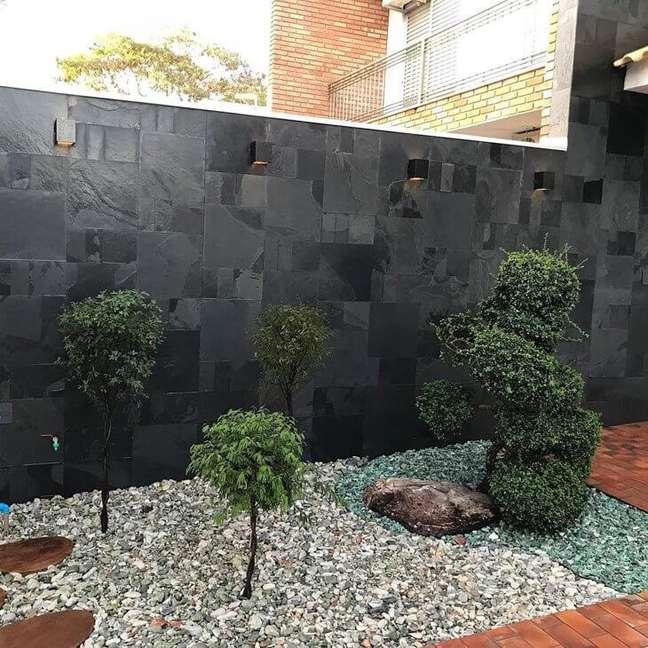 41. Jardim com muro de ardosia preta – Foto Deposito Joao de Barro