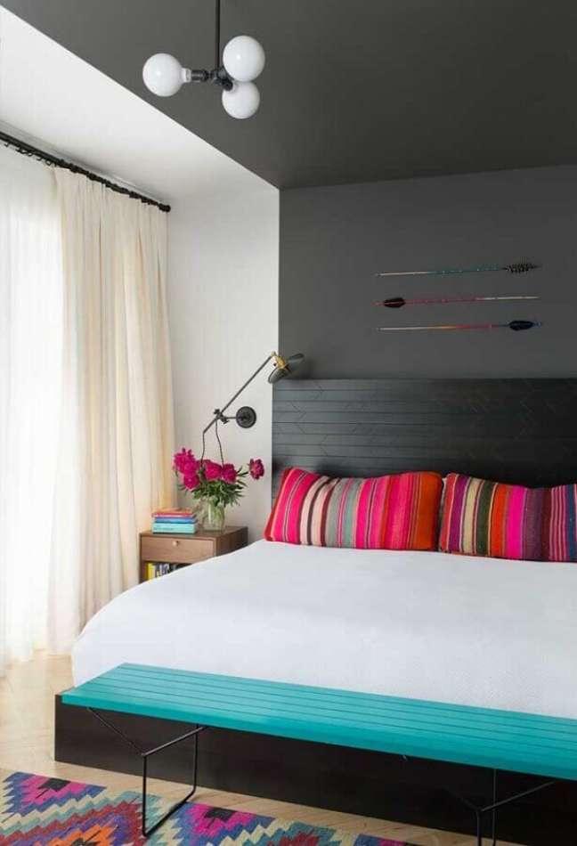 5. Almofadas coloridas para decoração de quarto preto e branco – Foto: Jeito de Casa