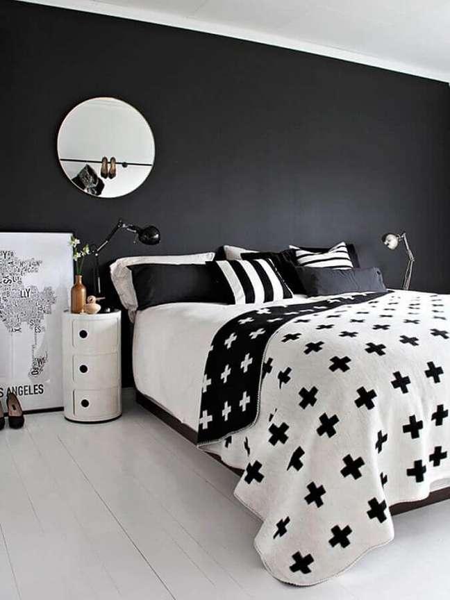 26. Decoração de quarto preto e branco minimalista com espelho redondo – Foto: Home Fashion Trend