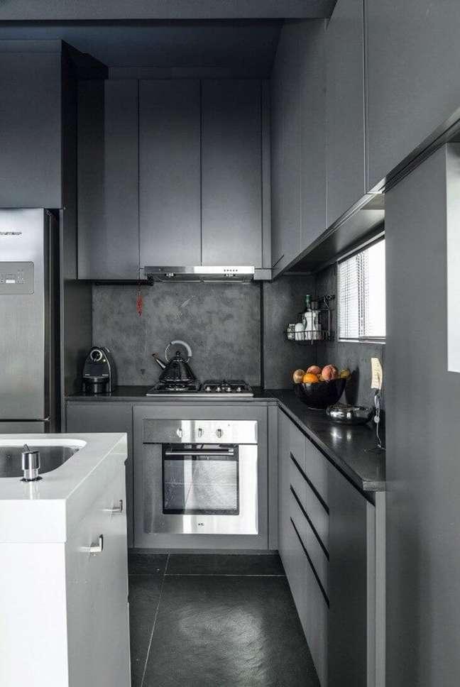 33. Cozinha cinza com piso de ardósia preta – Foto Leocádio Corrent