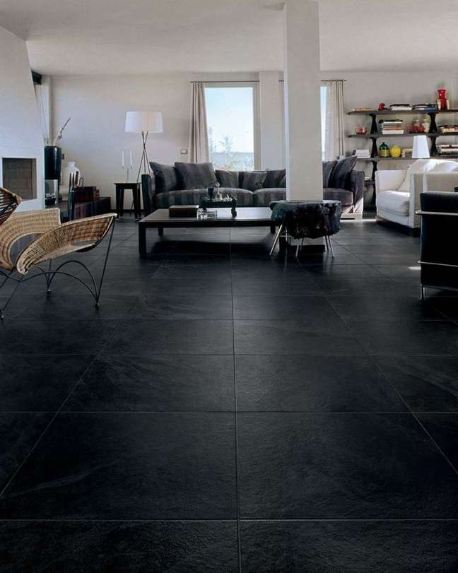 1. Ardósia preta para piso da sala de estar sofisticada – Foto Pinterest