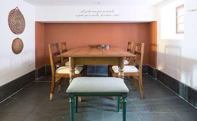 51. Piso de ardósia preta para sala de jantar rústica e com parede setorizada terracota – Foto Pura Arquitetura