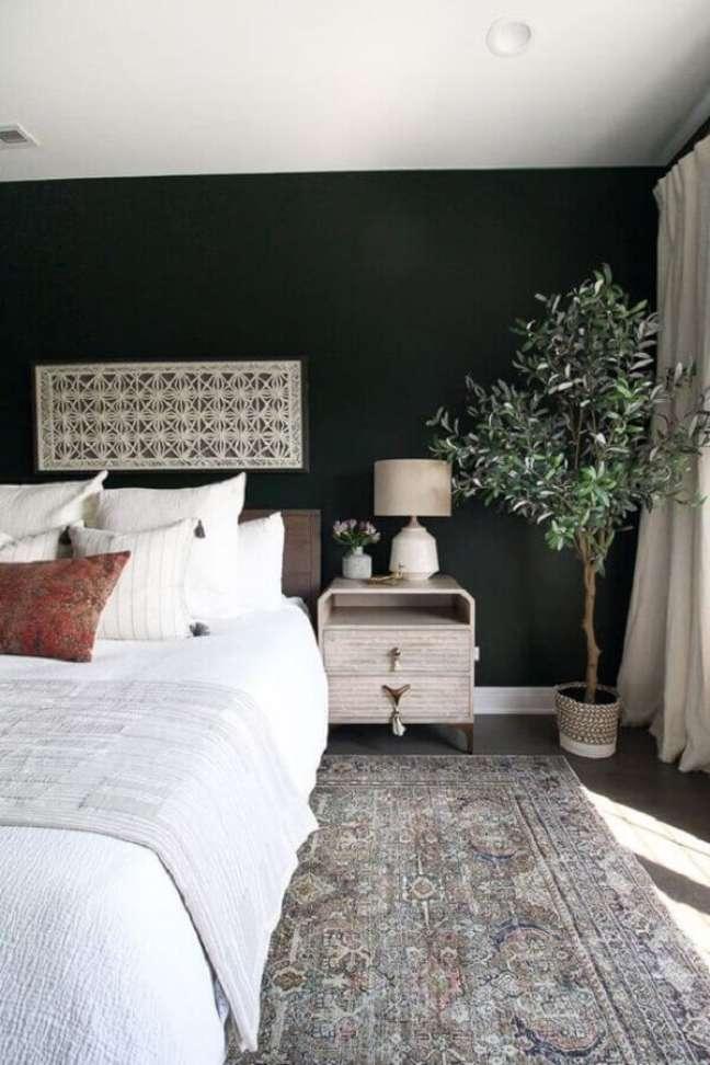 60. Vaso de planta para decoração de quarto de casal preto e branco – Foto: Moreau Designs