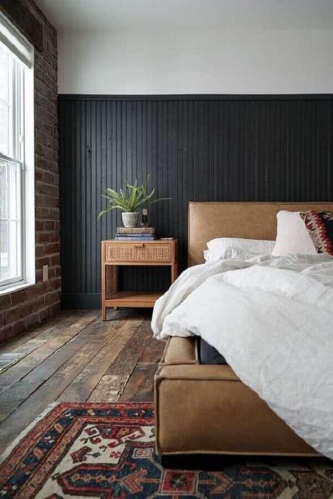 31. Decoração rústica para quarto preto e branco com cama de couro e parede de tijolinho – Foto: House Homemade