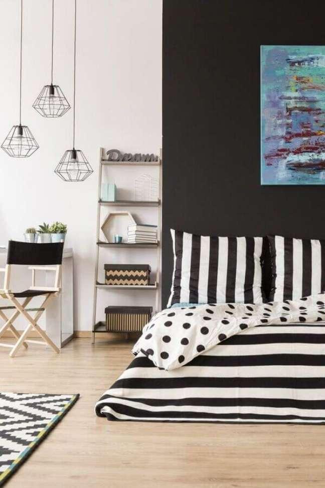 18. Decoração de quarto preto e branco com luminária aramada – Foto: Pinterest