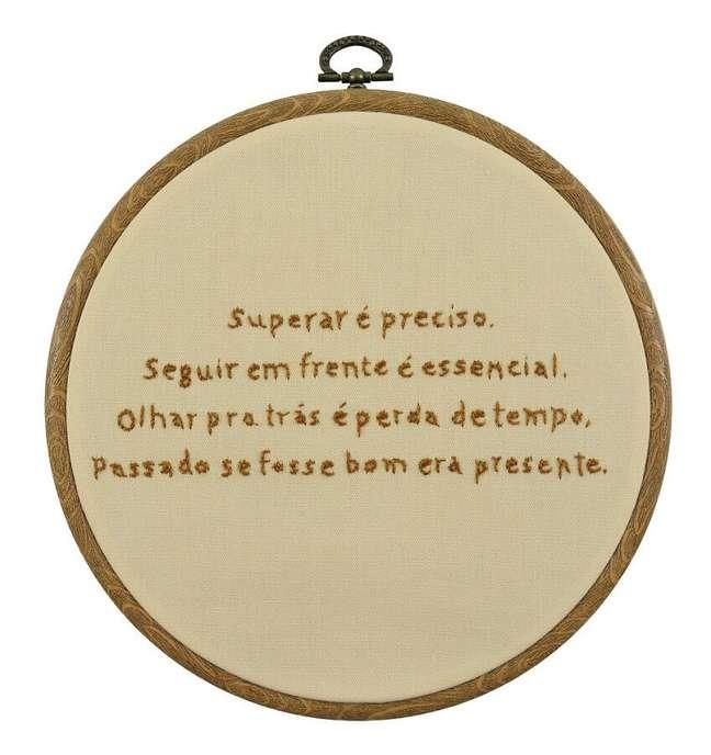 7. Plaquinha bordada para decoração de home office com frase de motivação – Foto: Círculo