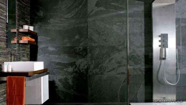 26. Banheiro com piso de ardósia preta – Foto Pinterest