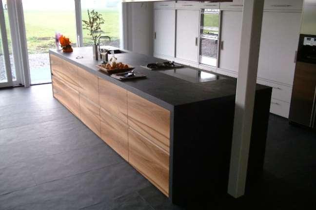 37. Cozinha com piso e bancada de pedra ardósia preta – Foto Altivo Pedras