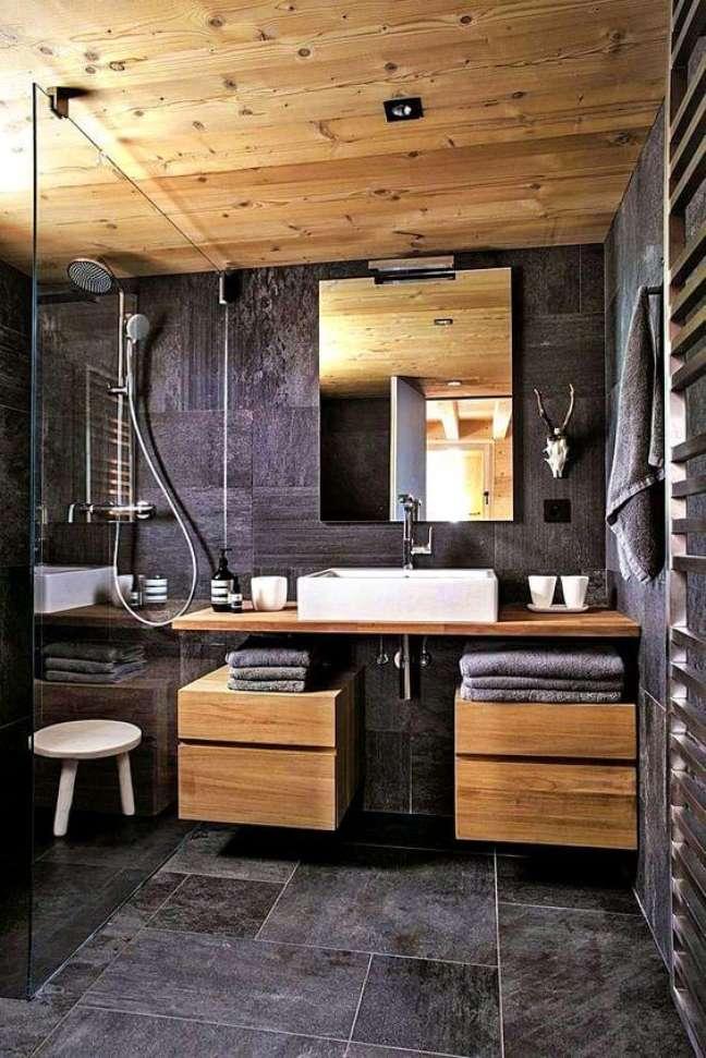 4. Ardósia preta para banheiro com armários planejados de madeira – Foto Sebring Design Build