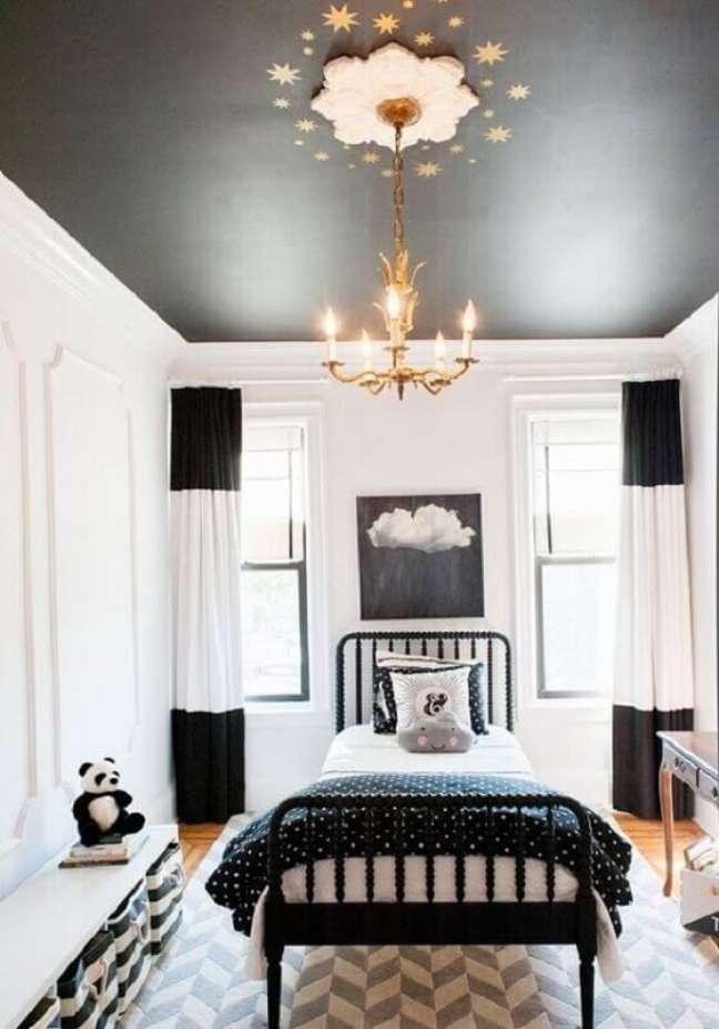 39. Lustre dourado para decoração de quarto preto e branco solteiro – Foto: Archilovers
