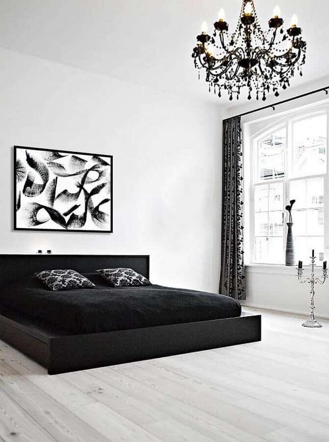 28. Decoração minimalista para quarto branco e preto com lustre candelabro – Foto: The Artling