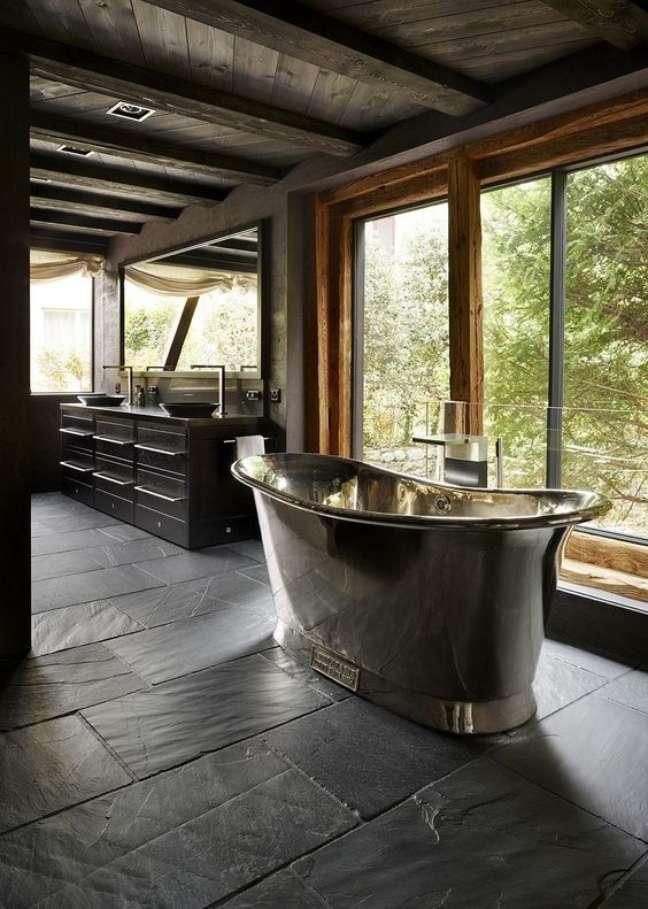 25. Banheiro com piso de ardósia preta e banheira de ferro – Foto Casa de Valentina