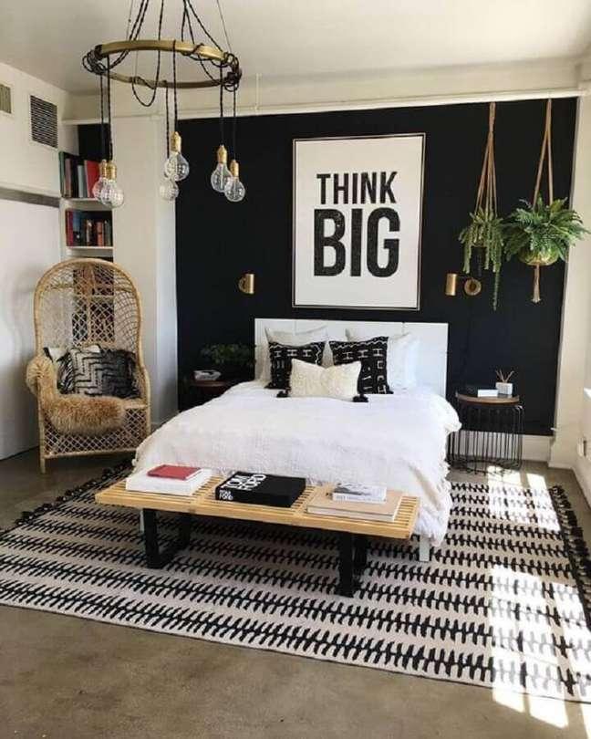 22. Decoração de quarto preto e branco com poltrona de vime e vasos de plantas – Foto: Etsy