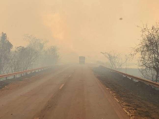 Fumaça de queimadas encobre trechos de rodovias na região de Morro Agudo, interior de São Paulo