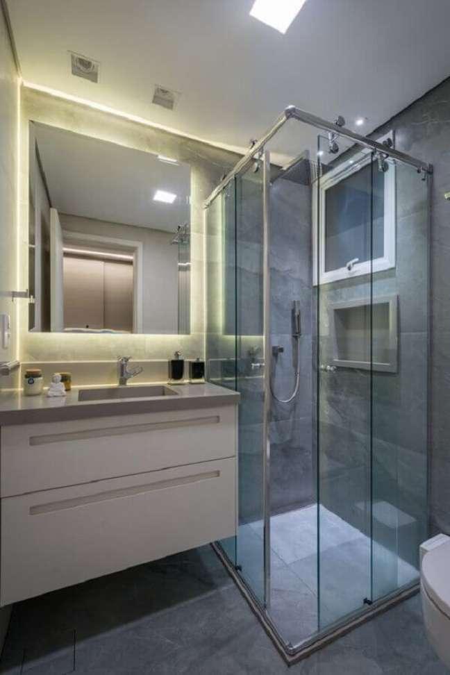 5. Um banheiro pequeno ganha amplitude quando ganha cores e iluminação certa. – Foto: Revista VD