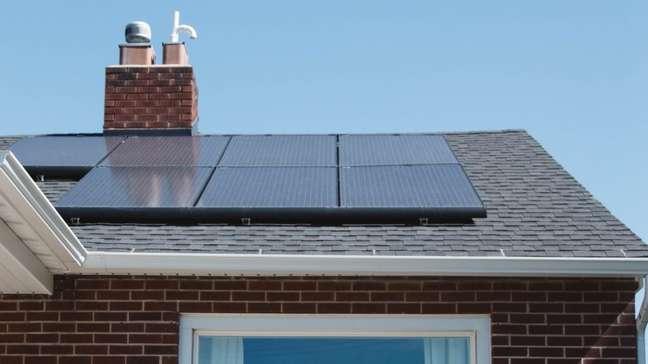 Painel de energia solar no telhado de uma casa