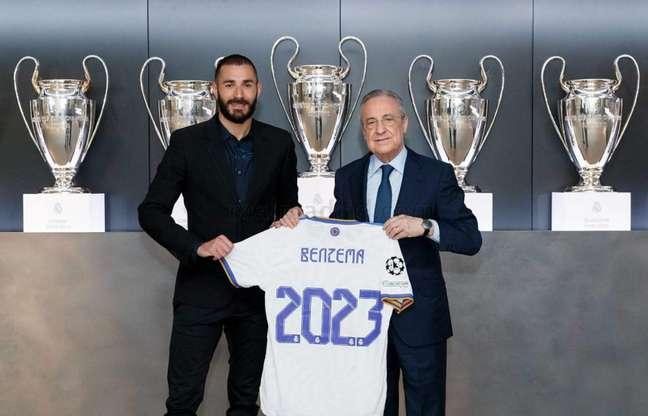 Karim Benzema assinou contrato com o Real Madrid junto com Florentino Pérez (Foto: Víctor Carretero / Real Madrid)