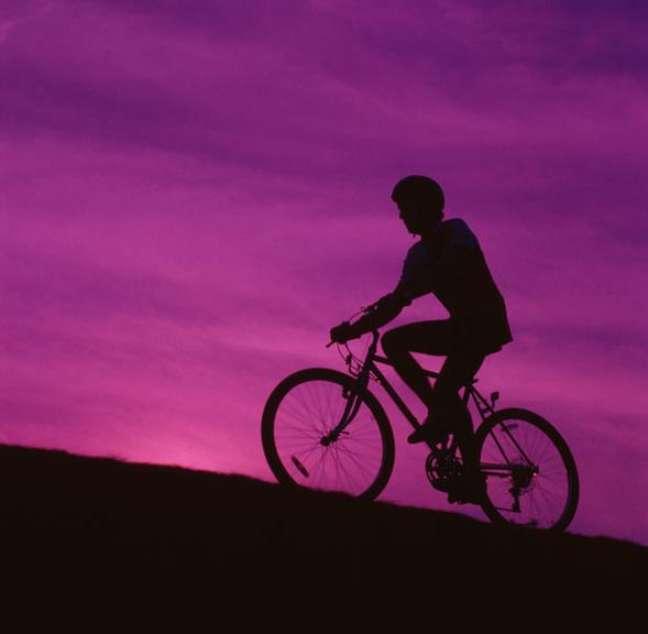 Homem andando de bicicleta - FOTO: Shutterstock