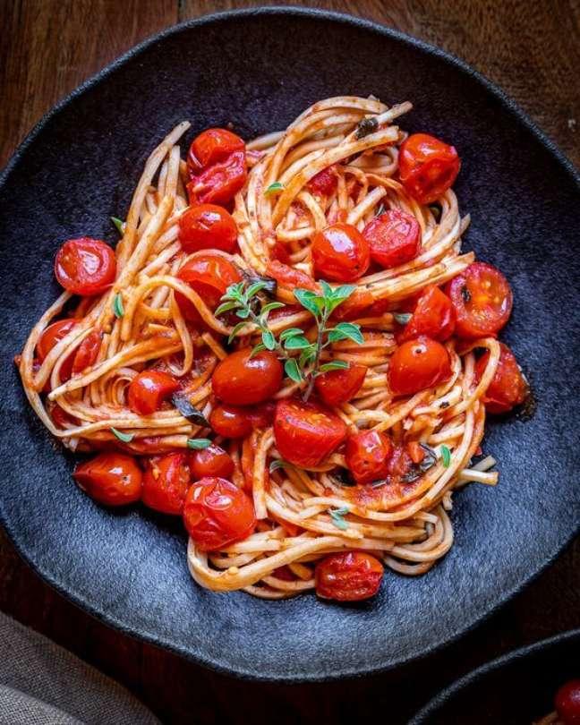 3. Receita de almoço rápido com espaguete e tomate cereja – Foto Na Casa da Meguie