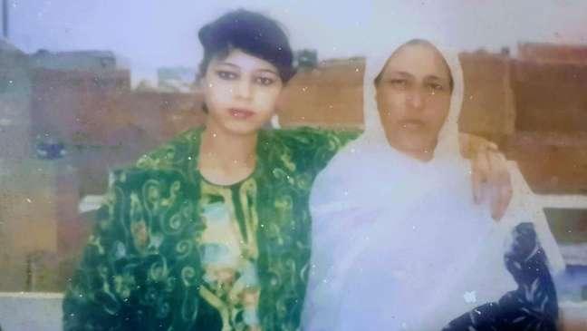 Nabila (esquerda) estava no grupo de primeiros refugiados afegãos recebidos pelo Brasil. Ela conta que foi difícil aprender português e que as pessoas estranhavam as roupas tradicionais e o véu que usava na cabeça