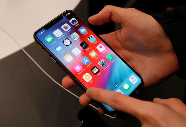 Usuário manipula telefeone celular. 28/9/2018. REUTERS/Tatyana Makeyeva